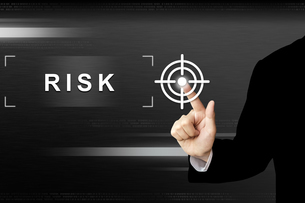 business hand pushing risk button on touch screenの写真素材 [FYI00640271]