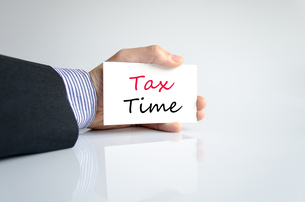 Hand writing Tax Timeの写真素材 [FYI00640296]