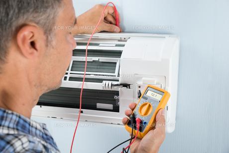 Technician Testing Air Conditionerの写真素材 [FYI00640301]
