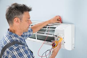 Technician Testing Air Conditionerの写真素材 [FYI00640302]
