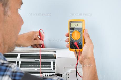 Technician Testing Air Conditionerの写真素材 [FYI00640303]
