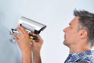 Technician Adjusting Cctv Cameraの写真素材 [FYI00640335]