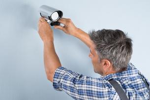 Technician Adjusting Cctv Cameraの写真素材 [FYI00640340]