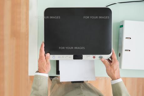 Businessman Using Photocopy Machineの写真素材 [FYI00640375]