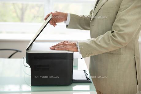 Businessman Using Scannerの写真素材 [FYI00640385]
