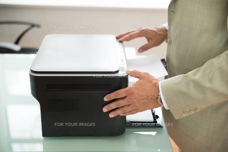 Businessman Using Scannerの写真素材 [FYI00640391]