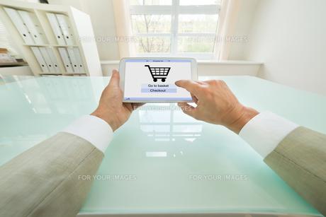 Businessman Shopping Onlineの写真素材 [FYI00640437]