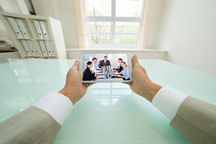 Businessman Video Chatting With Colleaguesの写真素材 [FYI00640442]