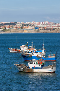 Fishing Boats on the Atlantic Ocean in Portugalの写真素材 [FYI00640519]