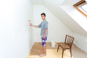 teenager painting wall to white at homeの写真素材 [FYI00640584]