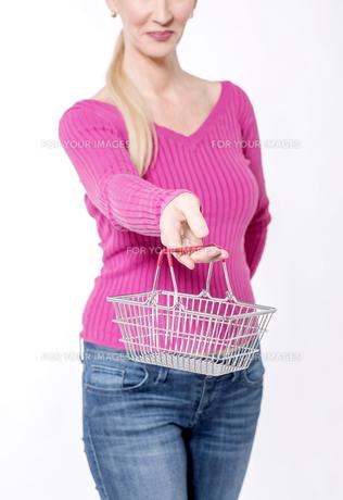 Best deals for summer, shop online.の写真素材 [FYI00640654]
