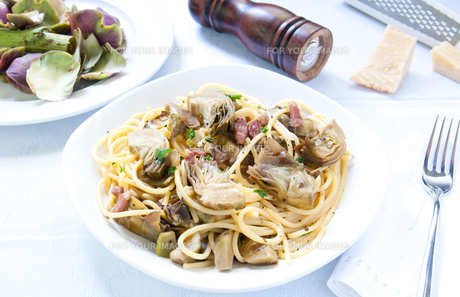 Italian Pasta with artichokes and Parmesanの写真素材 [FYI00640742]