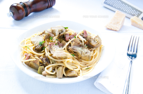 Italian Pasta with artichokes and Parmesanの写真素材 [FYI00640746]