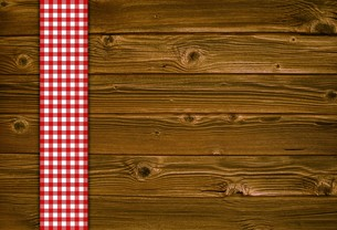 wooden background with red white tableclothの写真素材 [FYI00640786]