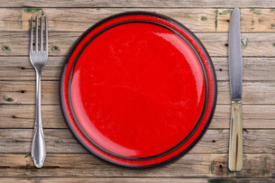 Empty red plateの写真素材 [FYI00640793]