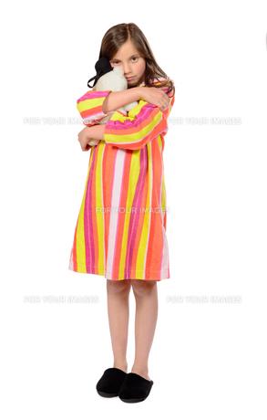 a little girl fondling teddy bearの素材 [FYI00640802]