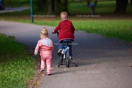 boy and girl with bicycleの素材 [FYI00640935]