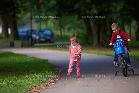 boy and girl with bicycleの素材 [FYI00640936]