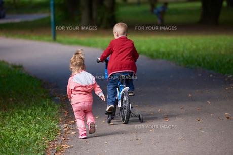 boy and girl with bicycleの素材 [FYI00640938]