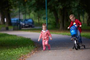 boy and girl with bicycleの素材 [FYI00640939]