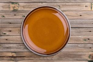 Empty brown plateの写真素材 [FYI00641000]