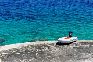 Mediterranean Beach And Rubber Dinghyの写真素材 [FYI00641184]