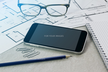 Workplace with mobile phoneの写真素材 [FYI00641294]