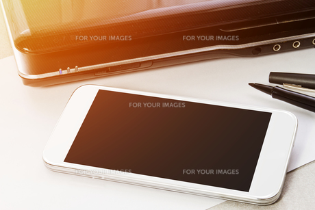 Workplace with mobile phoneの写真素材 [FYI00641295]