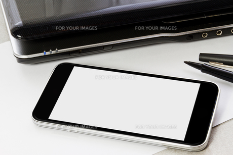 Workplace with mobile phoneの写真素材 [FYI00641298]