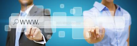 Man and woman using digital interfaceの素材 [FYI00641313]