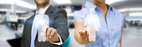 Man and woman using digital interfaceの素材 [FYI00641315]