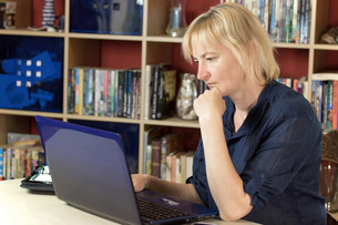 Middle aged woman is working from a homeの写真素材 [FYI00641402]