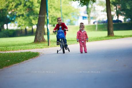 boy and girl with bicycleの素材 [FYI00641490]