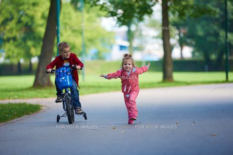 boy and girl with bicycleの素材 [FYI00641495]