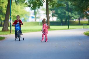 boy and girl with bicycleの素材 [FYI00641496]