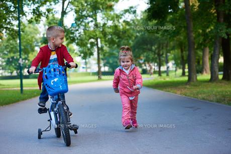 boy and girl with bicycleの素材 [FYI00641502]