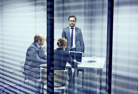 Consulting in officeの写真素材 [FYI00641602]