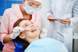 Girl in dentist clinicの素材 [FYI00641650]