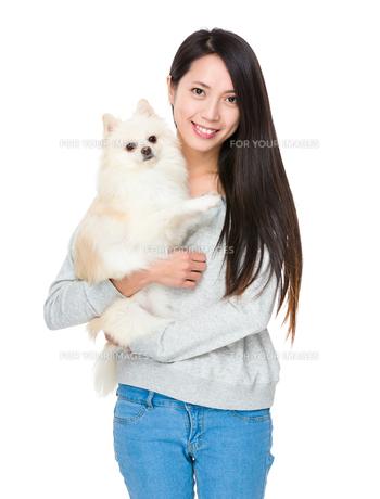 Woman with pomeranian dogの写真素材 [FYI00641653]