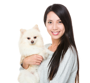 Asian woman with her puppyの写真素材 [FYI00641656]
