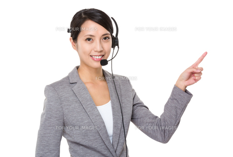Businesswoman with headset and finger point upの写真素材 [FYI00641802]