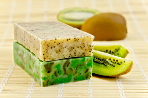 Soap homemade with kiwiの写真素材 [FYI00641922]