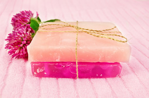 Soap homemade with pink cloverの写真素材 [FYI00641925]