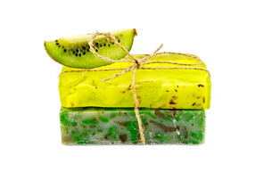 Soap homemade with a slice of kiwiの写真素材 [FYI00641927]