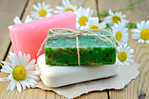 Soap homemade with chamomile on a boardの写真素材 [FYI00641928]
