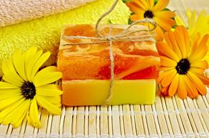 Soap homemade with calendulaの写真素材 [FYI00641929]