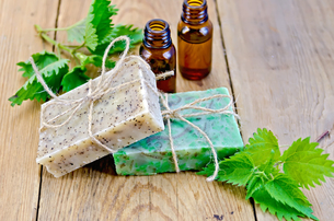 Soap homemade and oil with nettle on boardの写真素材 [FYI00641934]