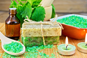 Soap homemade and salt with nettles in mortar on boardの写真素材 [FYI00641938]