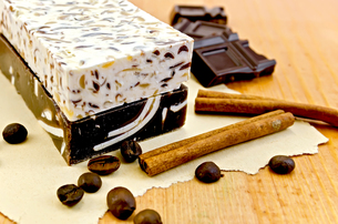 Soap homemade with chocolate and cinnamonの写真素材 [FYI00641939]
