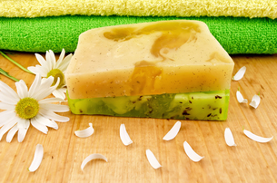 Soap homemade green and yellowの写真素材 [FYI00641954]